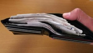 cartera llena de recibos... ¿problemas con mis finanzas personales?