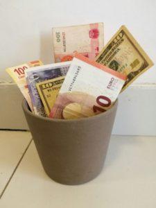 dinero en la basura