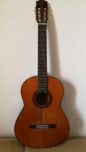 guitarra con cuerda rota