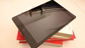 tableta y libros