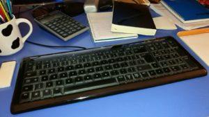 escritorio medio arreglado.
