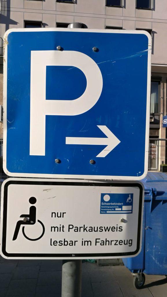 Estacionamiento de silla de ruedas.